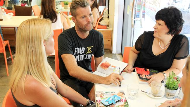 Chef Pete Evans visits a paleo cafe, which is a diet Dr Nick Fuller has slammed.