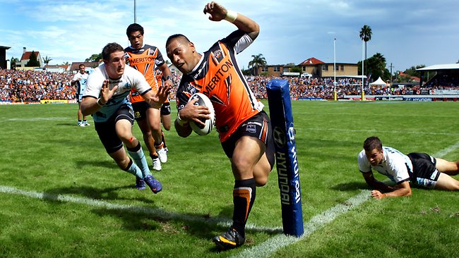 Ben Pomeroy comes rushing over in an effort to stop Matt Utai of the Tigers. Picture: Gregg Porteous