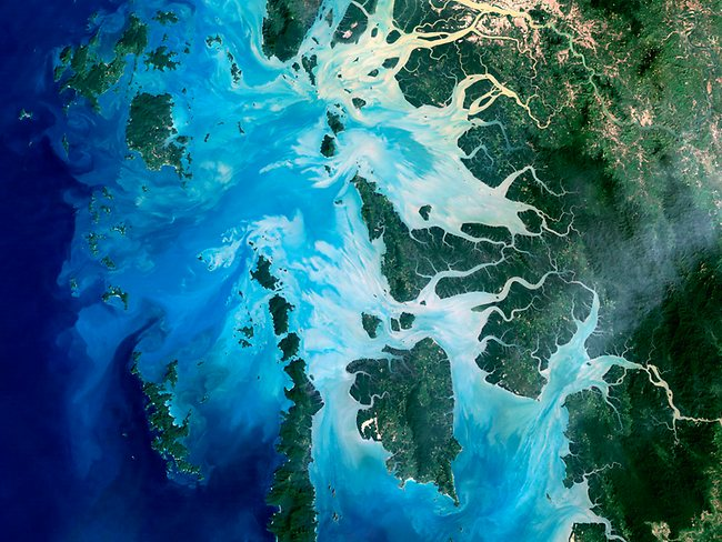 Landsat 5 images: the Mergui Archipelago in the Andaman Sea consists of more than 800 islands. This natural-color image of the centre portion of the archipelago was captured by Landsat 5 in 2004. Photo: USGS