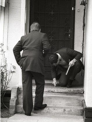 Police examine the Abbey murder scene at West Heidelberg. Picture: HWT library