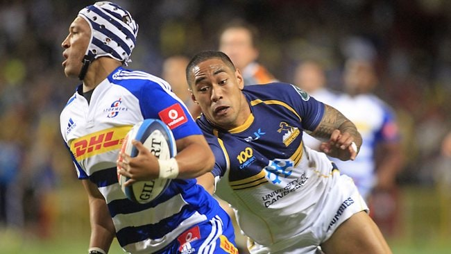 SUPER RUGBY, round 6. Stormers 35 d Brumbies 22 in Cape Town. Stormer Gio Aplon tries to avoid Joe Tomane.