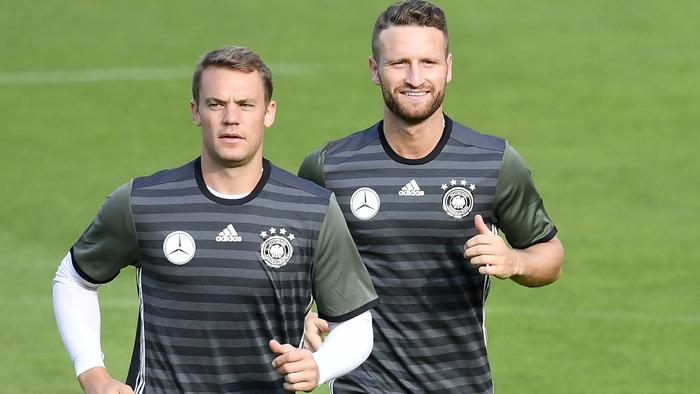Germany's Manuel Neuer, Shkodran Mustafi, Mats Hummels, Thomas Mueller, and Mario Goetze, from left, exercise during a training session in Duesseldorf, Germany, prior a friendly soccer match against Finland, Monday, Aug. 29, 2016. The world champion meets Finland next Wednesday in Moenchengladbach, Germany. (AP Photo/Martin Meissner)