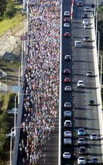 On the Gateway Bridge in the 2008 Sunday Mail Bridge to Brisbane Fun Run. Picture: Steve Pohlner.