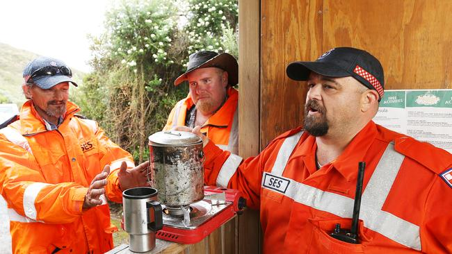 yachtmen find tassie plane debris as search continues for
