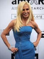 <p>Italian fashion designer Donatella Versace arrives to attend the Amfar auction on May 21, 2009 in Antibes, southern France. AFP PHOTO MARTIN BUREAU</p>