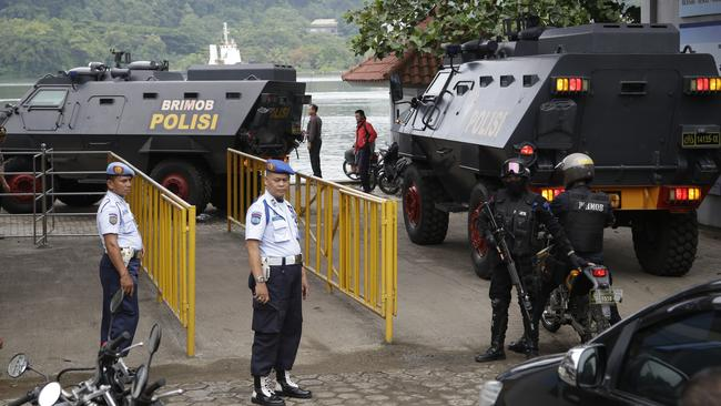 Ferry awaits ... Indonesian police vehicles transfer the Bali Nine prisoners to Wijaya Pura port in Cilacap.