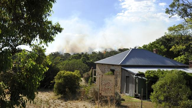 A fire in bushland in Kwinana is a possible threat to homes. Picture: Justin Benson Cooper