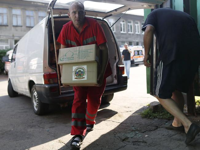 A paramedic carries boxes containing Russian humanitarian aid at the emergency centre in the city of Makeyevka, in the Donetsk region, on August 21, 2014. AFP PHOTO / MAX VETROV
