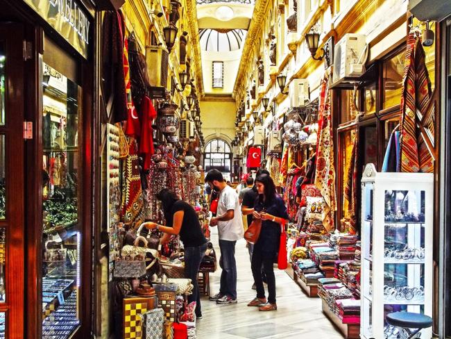 Shopping in the Grand Bazaar. Picture: G. Ozcan.