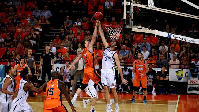 Taipans Cameron Gliddon shoots for the hoop as Melbourne Uniteds Todd Blanchfield tries to block