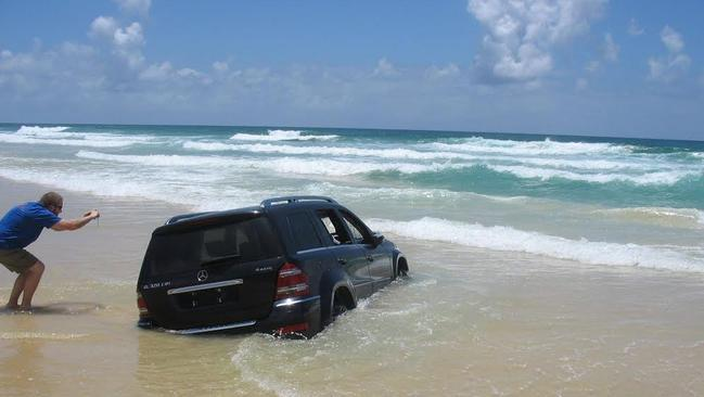 Mercedes 4wd A Write Off After It Sinks On Fraser Island