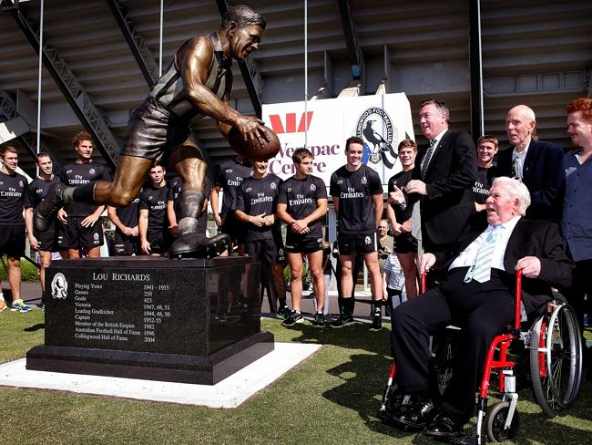 Lou Richards comes face-to-face with the statue in his honour as club president Eddie McG