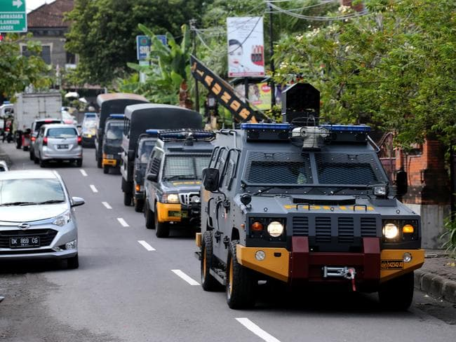 Police officers simulate the transport of Schapelle Corby from the Bali Parole office in Denpasar to the airport by Indonesian Immigration for deportation to Australia. Picture: Nathan Edwards