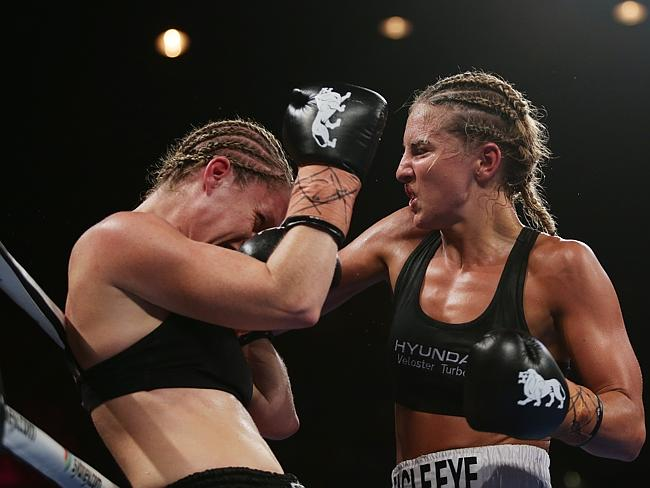 Lauryn Eagle v Nadine Browne during the Australian Lightweight Title.