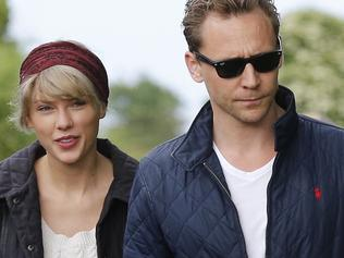 June 26, 2016 Tom Hiddleston And Girlfriend Taylor Swift Seen Out with His Mum And The Family As They Take A Stroll On The Beach Non Exclusive WORLDWIDE RIGHTS Pictures by : FameFlynet UK ? 2016 Tel : +44 (0)20 3551 5049 Email : info@fameflynet.uk.com