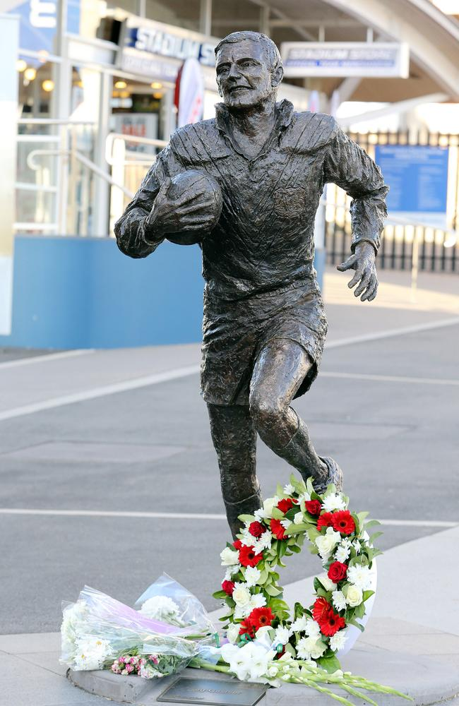 Reg Gasnier statue at Allianz Stadium.