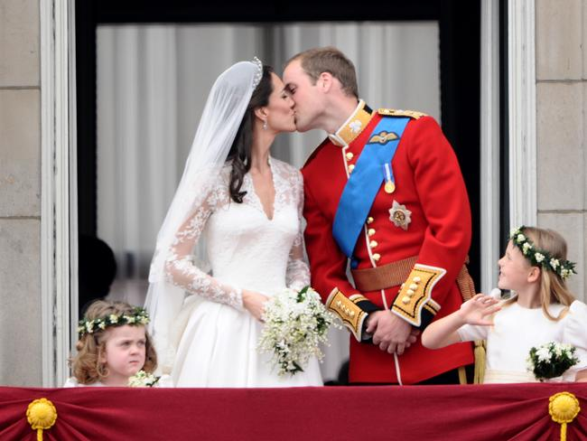 Prince William Kisses His Wife Kate Duchess Of Cambridge On The Balcony Buckingham