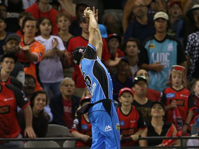 Ben Laughlin sprints and stretches to catch Dwayne Bravo ... but the boundary rope was near. Pic: AAP