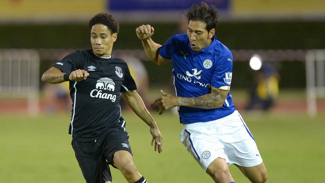 Everton football player Steven Pienaar (L) battles for the ball with Leonardo Ulloa of Leicester City.