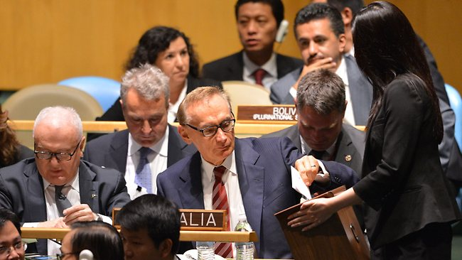 Australia's Foreign Minister Bob Carr (C) casts a ballot during the United Nations General Assembly session October 18, 2012 as they the vote for five countries to become non-permanent members of the UN Security Council for the years 2013-2014 at UN headquarters in New York. AFP PHOTO/Stan HONDA