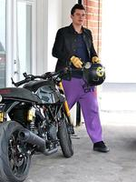 <p>Sporting some seriously loud purple trackies, Orlando Bloom leaves a gym in West Hollywood ... in A-list style of course. Picture: Snappermedia</p>