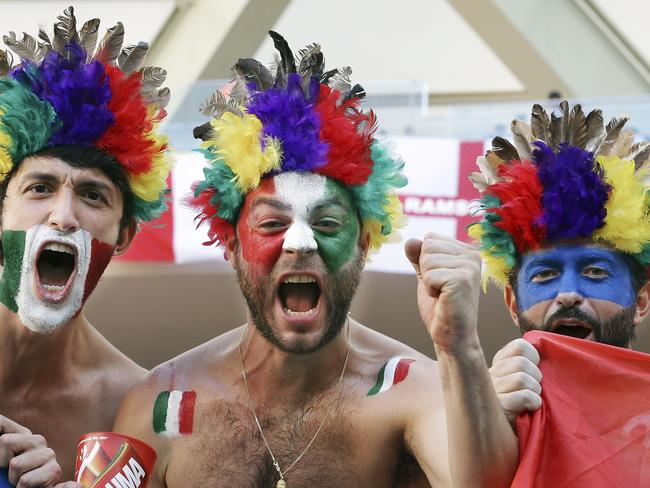 The Italian fan on teh right didn't get the tricolour memo.