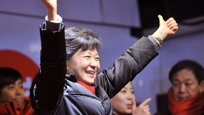 South Korea's presidential candidate Park Geun-Hye (C) of the ruling New Frontier Party waves to her supporters during her election campaign in Seoul on December 18, 2012. The two rivals for South Korea's presidency made a final pitch to voters on the eve of an election that looks set to go down to the wire and could produce the country's first female leader. AFP PHOTO / JUNG YEON-JE