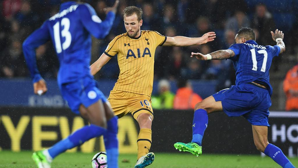 Harry Kane of Tottenham Hotspur (C) scores