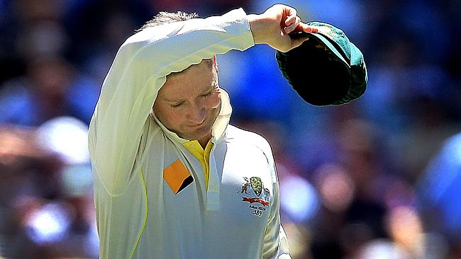 .Michael Clarke wipes his face in the Fourth test MCG.