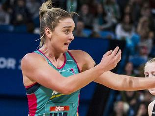 Liz Watson for the Melbourne Vixens during the Round 14 Super Netball match between the West Coast Fever and the Melbourne Vixens at the Arena in Perth, Saturday, May 27, 2017. Vixens won the match 68-42.(AAP Image/Tony McDonough) NO ARCHIVING, EDITORIAL USE ONLY