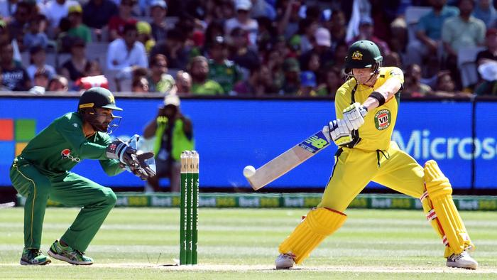 Australia's captain Steve Smith (R) cuts a delivery away as Pakistan wicketkkeper Mohammad Rizwan (L) looks one during their one-day international (ODI) cricket match played at the MCG in Melbourne on 15 January, 2017. / AFP PHOTO / WILLIAM WEST / --IMAGE RESTRICTED TO EDITORIAL USE - STRICTLY NO COMMERCIAL USE--