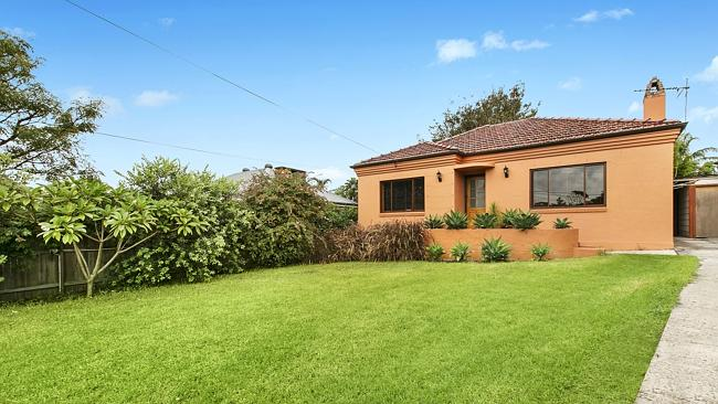 4 Delaigh Ave, North Curl Curl is being auctioned on super Saturday.