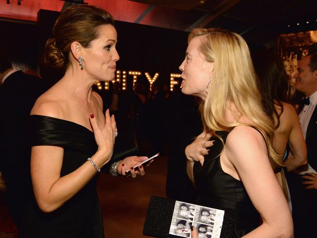 Swapping numbers? Jennifer Garner and Melissa George attend the 2016 Vanity Fair Oscar Party. Picture: Kevin Mazur/VF16/WireImage