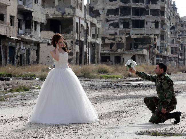Romantic ... Newly-wed Syrian couple Nada Merhi and Hassan Youssef pose for a wedding picture. Picture: AFP/Joseph Eid