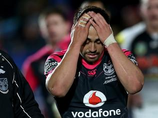 Shaun Johnson of the Warriors leaves the field with team doctor John Mayhew after being injured during the Round 19 NRL match between the New Zealand Warriors and Penrith Panthers at Mount Smart Stadium in Auckland, New Zealand on Friday, July 14, 2017. (AAP Image/David Rowland) NO ARCHIVING, EDITORIAL USE ONLY