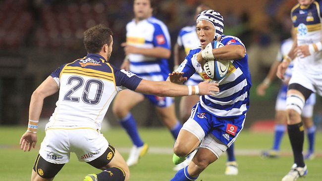 SSUPER RUGBY, round 6. Stormers 35 d Brumbies 22 in Cape Town. Stormer Gio Aplon, right, runs at Robbie Coleman.
