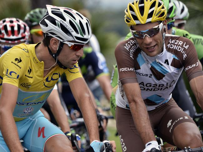 France's Jean-Christophe Peraud, right, speaks with Vincenzo Nibali.