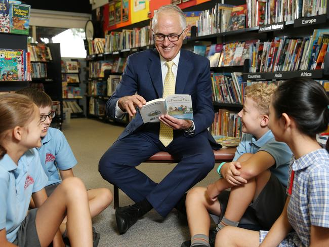 Malcolm Turnbull reading an Enid Blyton book to students (L-R) Scarlett Thompson 11, James Bird 9, Luca Foy 9 and Ella Hu 10. Picture: Tim Hunter.
