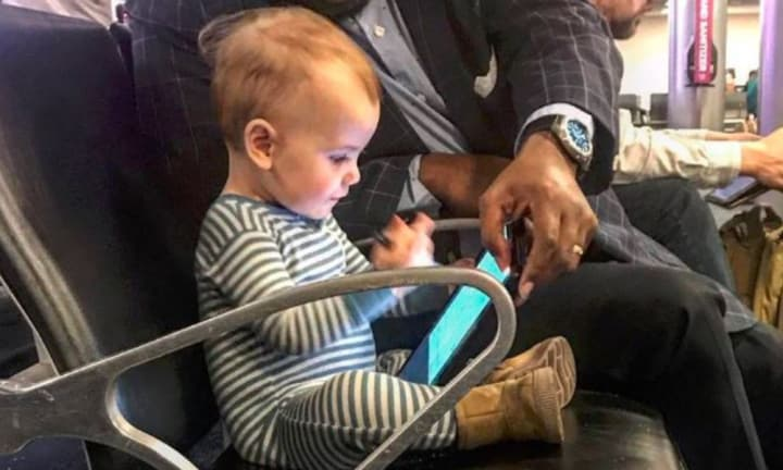 Photo of toddler at airport with stranger goes viral