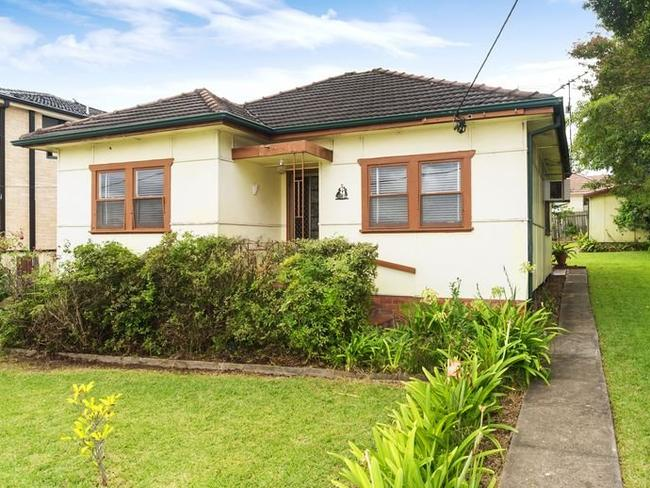 15 Leigh St, Merrylands sold under the hammer for $756,000.