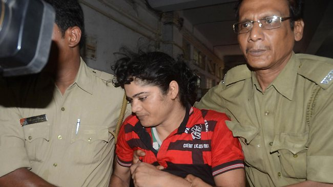 (FILES) In this photograph taken on June 15, 2012, police escort former Indian athlete Pinki Pramanik (C) to the Barasat District court in Barasat around 35 Km north of Kolkata. An Indian court granted bail on July 10, 2012, to Pramanik who is charged with raping her former lover who has alleged that she is actually a man. AFP PHOTO/ STR