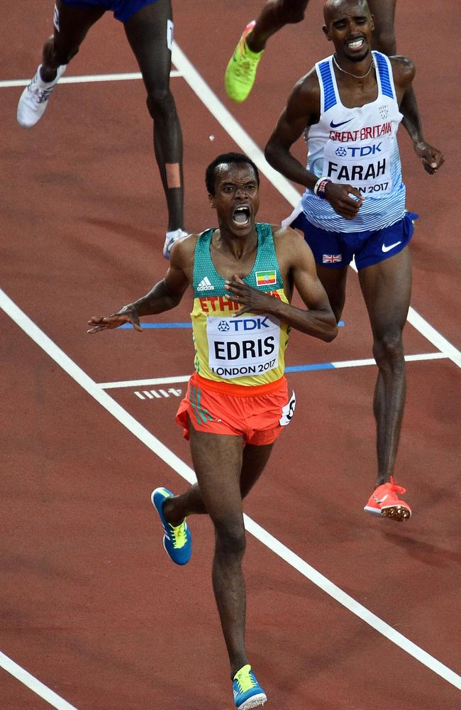 Ethiopia's Muktar Edris (L) wins ahead of Britain's Mo Farah (R).