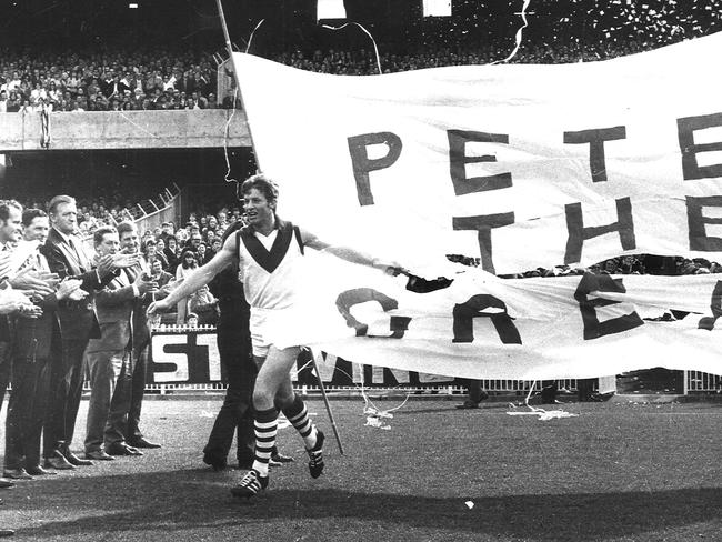 1970 Brownlow Medal winner Peter Bedford is applauded by former winners as he runs on to the MCG for the presentation of his medal.