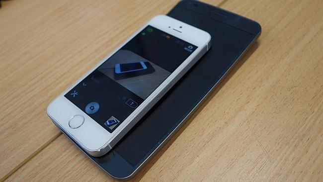 Apple's 4-inch iPhone 5s on top of LG's 6-inch G-Flex.