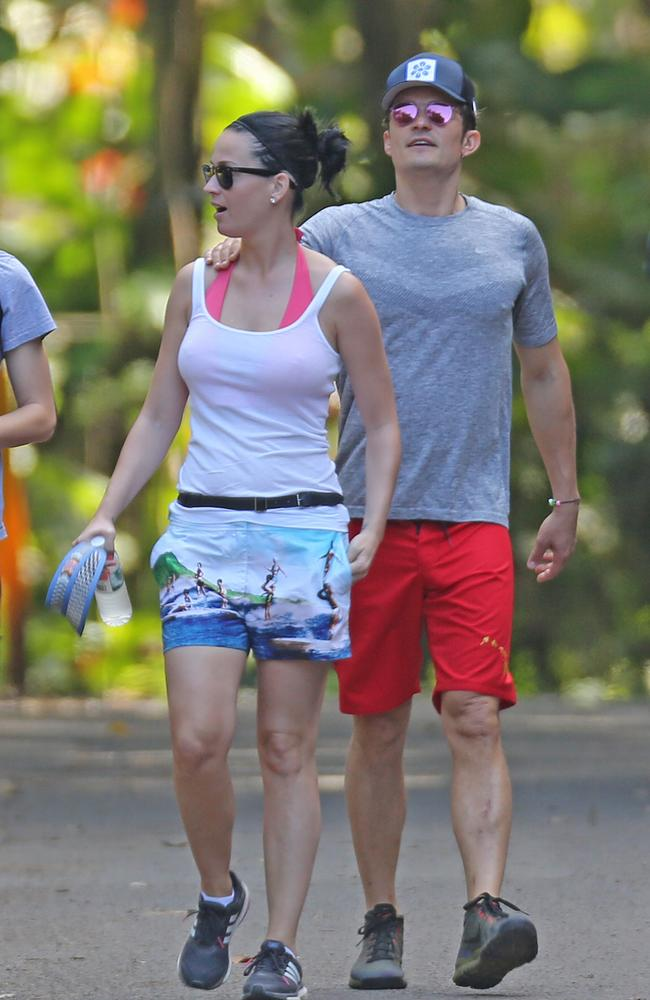 New couple Katy Perry and Orlando Bloom look loved up on a romantic dinner date in Hawaii. Picture by: Splash News