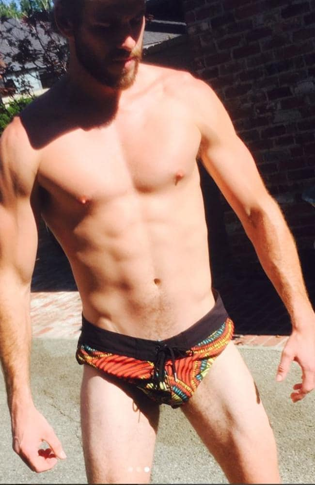 Liam Hemsworth body: Aussie actor posts photo flexing in ...