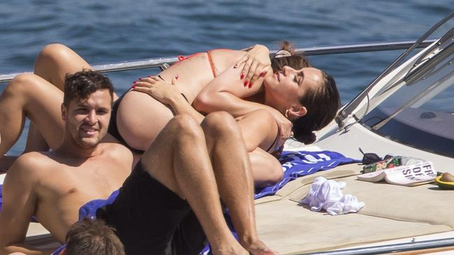 Selena gets up close and personal with a female pal. Picture: MEDIA-MODE.COM