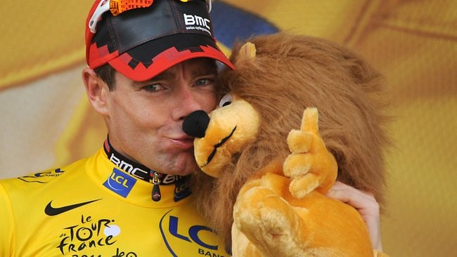 Cadel Evans, celebrates on the podium after competing in the 42,5 km individual time-trial and twentieth stage of the 2011 Tour de France / AFP