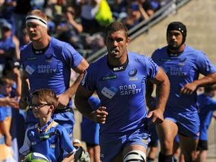 Western Force captain Matt Hodgson (C) leads his team out to start the Super Rugby match between Australia's Western Force and South Africa's Kings in Perth on April 9, 2017. / AFP PHOTO / Greg Wood / --IMAGE RESTRICTED TO EDITORIAL USE - STRICTLY NO COMMERCIAL USE--