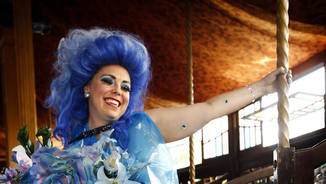 Yana alana soars between the cracks at spiegeltent for Spiegel young money
